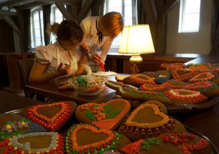 kobiety robiące pierniki
