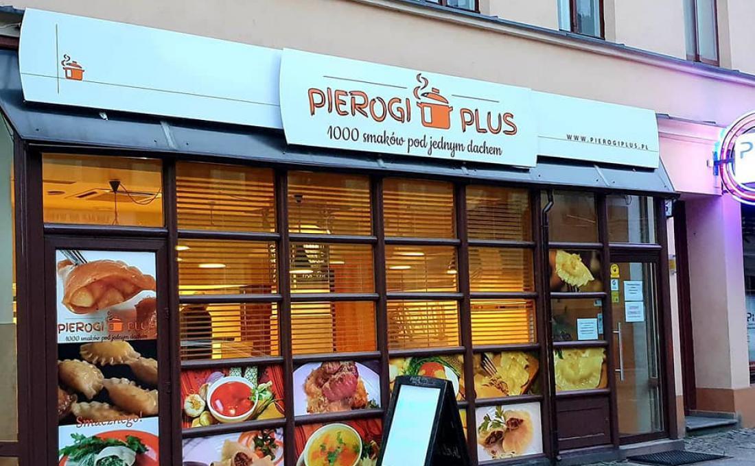 """Zdjęcie przedstawia witrynę pierogarni """"Pierogi Plus"""""""