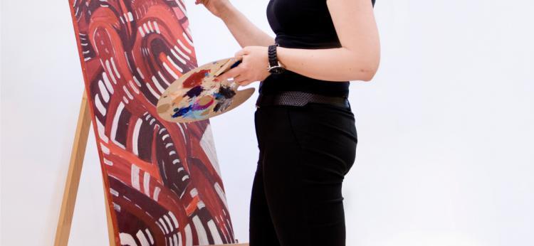 zdjęcie artystki przy pracy