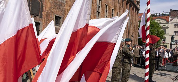 flagi i żołnierze podczas święta 3 Maja, fot. Wojtek Szabelski